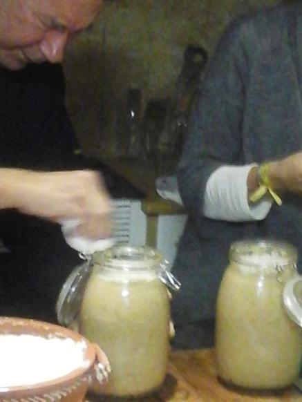Os potes estão cheios e prontos para ser guardados num local fresco, seco e escuro.